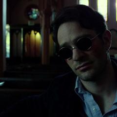 Murdock escucha a Lantom.
