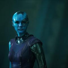 Nebula observa como Gamora la releva para recuperar el Orbe en Xandar.