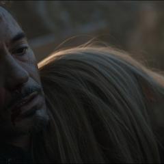 Potts llora silenciosamente en el pecho de Stark.