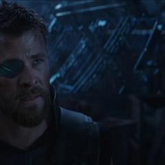 Thor trata de consolar a Eitri.