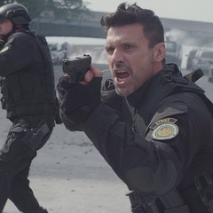 Rumlow y su equipo llegan para arrestar a Rogers, Romanoff y Wilson.