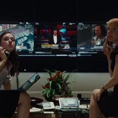 Romanoff y Potts atienden las llamadas para proteger a Stark de las acusaciones en su contra.