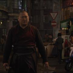 Wong se encuentra con Kaecilius en la calle.