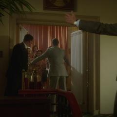 Jarvis le abre la entrada a las mujeres.