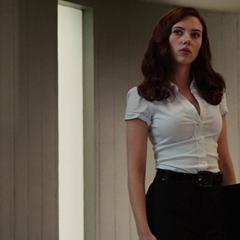 Romanoff llega para vigilar a Stark.