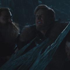 Volstagg y Hogun ayudan a Fandral.