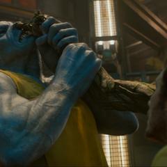 Groot protege a Quill amenazando a un prisionero.