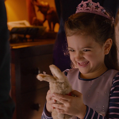 Cassandra recibe el regalo de su padre.