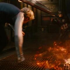 Pietro a punto de golpear a Rogers.