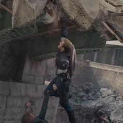 Rogers sujeta a un civil de caer de Novi Grad.