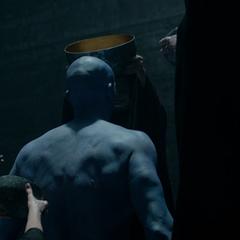 Ronan es equipado con su armadura para seguir su plan de venganza.