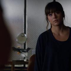 Skye descubre a Coulson tallando los símbolos.