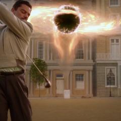Stark jugando golf al lado de la grieta.