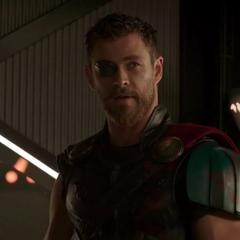 Thor se pone un parche para cubrir su ojo derecho.