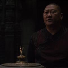 Wong le explica a Strange quien fue Agamotto y el poder de la reliquia que creó.