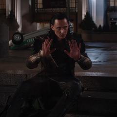 Loki se rinde ante Stark y Rogers.