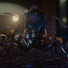 Pym envía sus hormigas a ayudar a Lang a escapar.