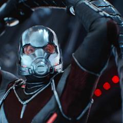 Lang sabotea la armadura de Stark.