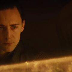 Loki y Frigga hablan sobre las acciones de Odín.