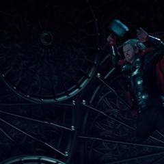 Thor se lanza contra Loki para interrumpir sus planes.