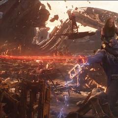 Thanos es inmovilizado por los Vengadores y Guardianes.