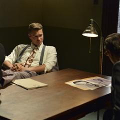 Thompson interroga a Jarvis.