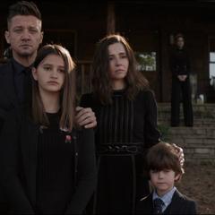 Barton asiste al funeral de Stark junto a su familia.