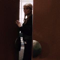 Potts se infiltra en la oficina de Stane.