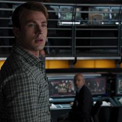 Sitwell observa a Rogers a punto de alistarse para la misión.
