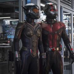 Lang y Hope regresan al interior del laboratorio portátil.