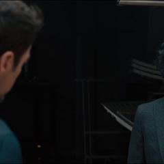 Banner habla con Stark.