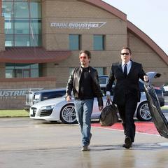 Stark y Hogan llegan al aeropuerto.