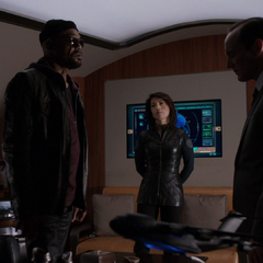 Fury le explica a Coulson porqué lo revivió.
