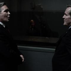 Ellis y Olshenko discuten sobre los individuos alterados.