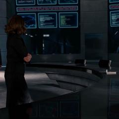 Pym sale del Triskelion mientras sus ex colegas lo ven.
