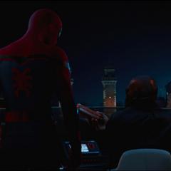 Talos le entrega a Parker las gafas de Stark.