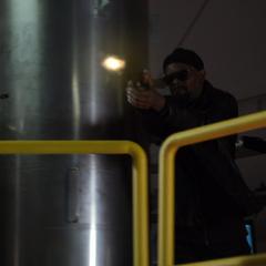 Fury le dispara a Garrett.