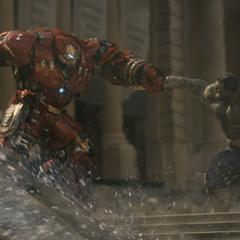 Hulk lucha contra el Hulkbuster.