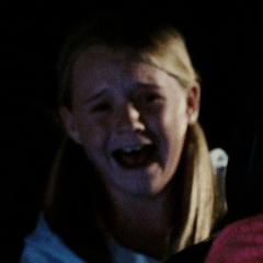 Callie Marie Croughwell como Niña en un automóvil