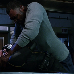 Johnson siendo estrangulada por un prisionero.