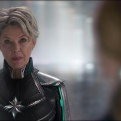 La Inteligencia Suprema le recuerda a Danvers que puede quitarle sus poderes.