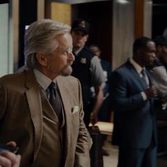 Pym logra entrar al edificio.