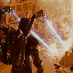 Cross trata de matar a Lang con sus láseres.