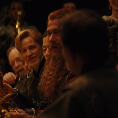 Fandral escucha la historia de Volstagg.