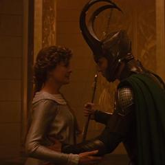 Loki trata de consolar a Frigga.