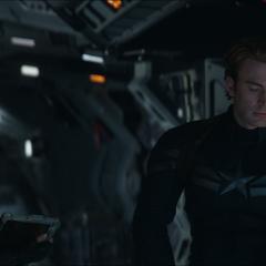 Romanoff intenta consolar a Rogers.