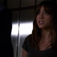 Skye escucha a Coulson sospechando que ella podría ser una alienígena.