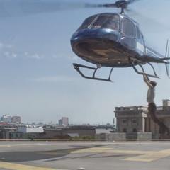 Rogers atrapa el helicóptero.