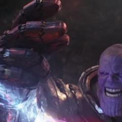 Thanos a punto de chasquear los dedos.