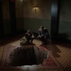 Jarvis y Carter observan el agujero en la bóveda.